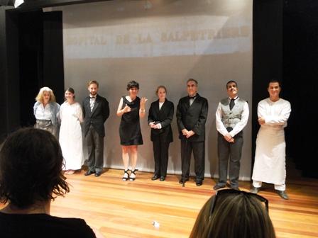 """Elenco de """"Retrato de Augustine"""" minutos antes de despir-se do figurino para debater a peça com os estudantes da UFSC"""