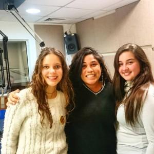 Emília Dutra (C) e as entrevistadoras Júlia (D) e Clarissa (E)